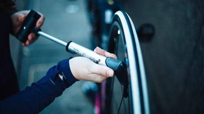 Как накачать колесо велосипеда с тонким ниппелем