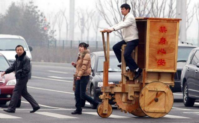 Деревянный велосипед в Китае