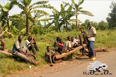 Деревянный велосипед в Африке