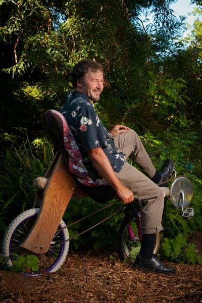 Том Кабат и его деревянный велосипед
