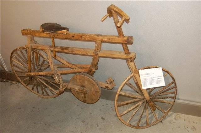 Деревянный велосипед возрастом 100 лет
