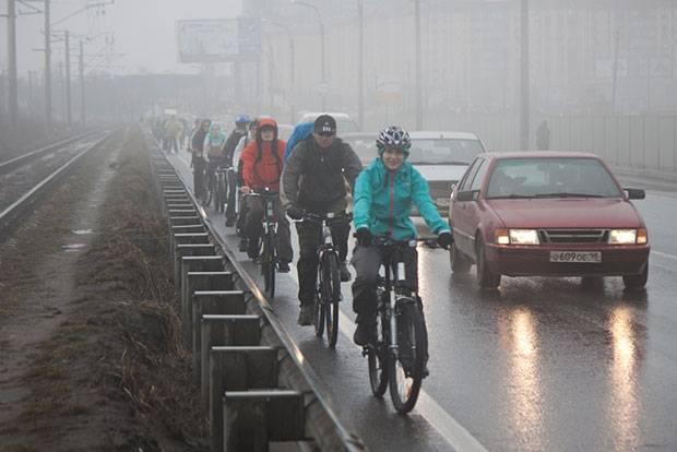 По какой стороне дороги должен ехать велосипедист