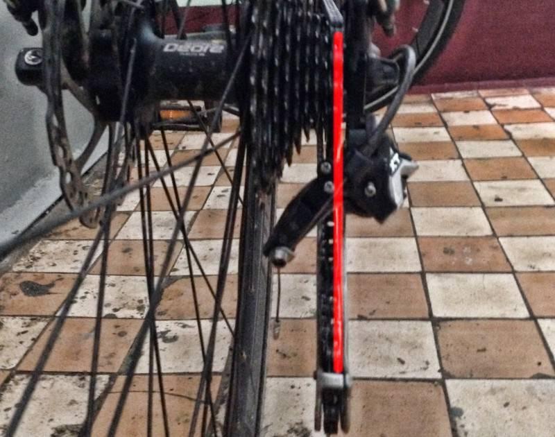 Совмещаем центр роликов лапки переключателя с центром самой маленькой звезды на велосипеде