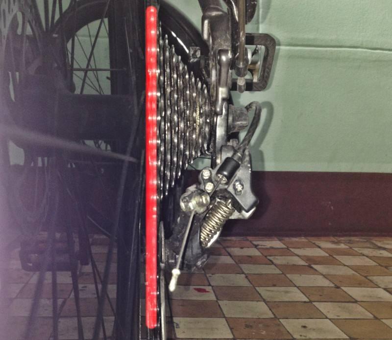 Выставляем крайнее положение лапки переключателя, чтобы переключатель не попал в спицы колеса.