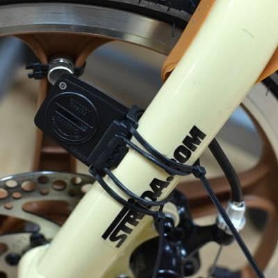 Крепление геркона резинками и стяжками к вилке велосипеда