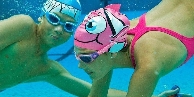 Шапочки для плавания в бассейне