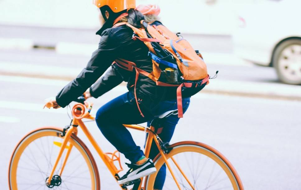 Яркий велосипедист