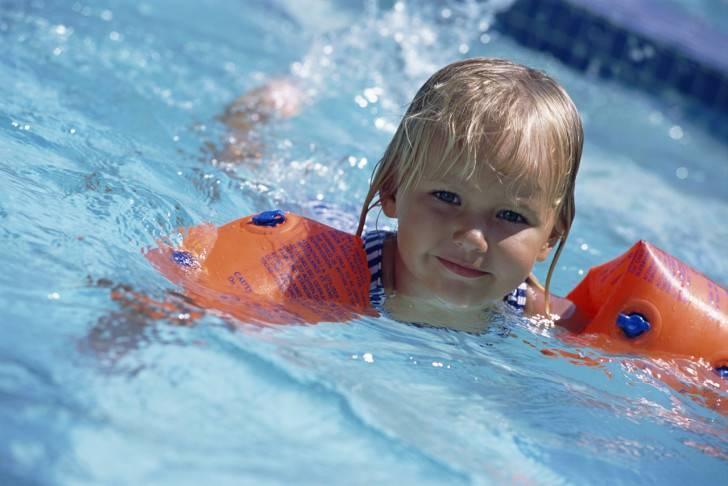 Ребенок на плавании