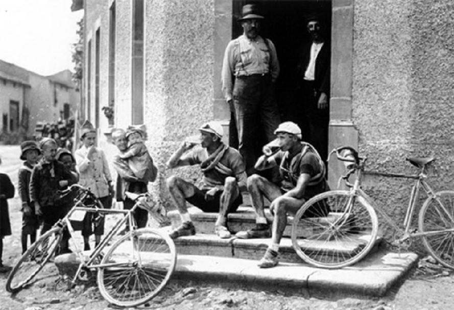 """Участники Тур де Франс 1920 """"заправляются"""" пивком"""