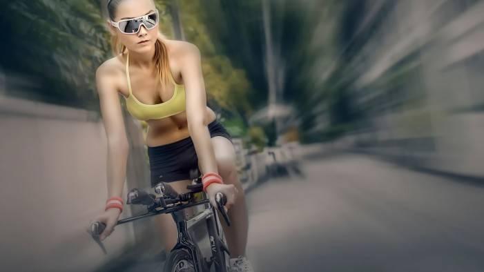 девушка на шоссере - скорость