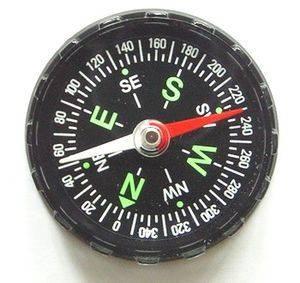 Обозначения на компасе сделаны краской, которая светится в темноте