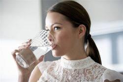 Сколько в сутки человек должен пить воды