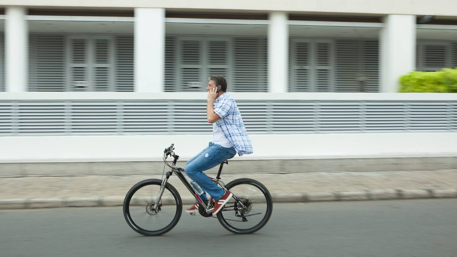 Как должен ехать велосипедист по проезжей части
